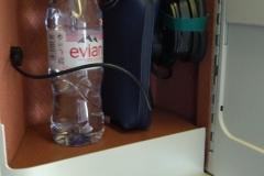 Das Staufach mit Kopfhörer, Wasserflasche und Amenity Kit