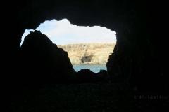 Blick aus der dunklen Höhle nach draußen