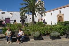 Platz mit der Kirche Santa Maria im Hintergrund