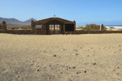 Der alte Friedhof von Cofete am Strand