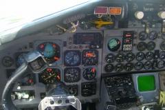 Im Cockpit eines alten Verkehrsflugzeugs