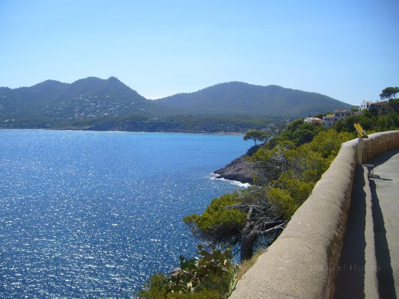 Blick auf das Mittelmeer von den Höhlen aus